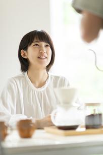 コーヒーを淹れてもらう若い女性の写真素材 [FYI04624116]
