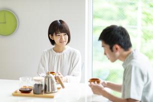 コーヒーを飲むカップルの写真素材 [FYI04624119]