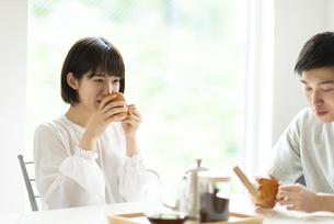コーヒーを飲むカップルの写真素材 [FYI04624124]