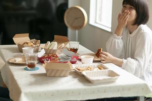 テイクアウトのランチを食べるカップルの写真素材 [FYI04624151]