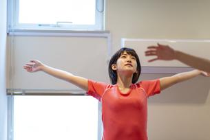 自宅でストレッチをする若い女性の写真素材 [FYI04624156]