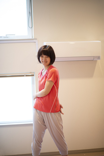 自宅で体操をする若い女性の写真素材 [FYI04624161]