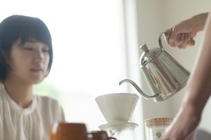 コーヒーを淹れる男性の手元の写真素材 [FYI04624162]