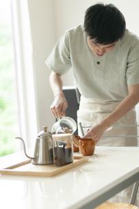 コーヒーを淹れる男性の写真素材 [FYI04624164]