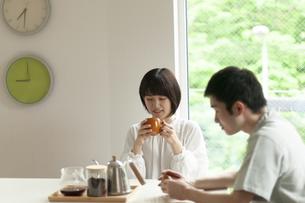 コーヒーを飲む若いカップルの写真素材 [FYI04624167]
