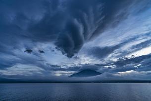 山中湖からの富士山夜景の写真素材 [FYI04624206]