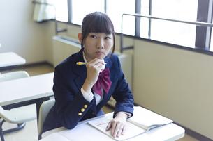 勉強する女子高生の写真素材 [FYI04624220]