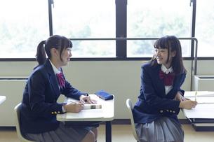 勉強する女子高生の写真素材 [FYI04624283]