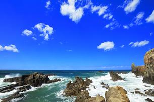 北陸 東尋坊に寄せる波の写真素材 [FYI04624511]