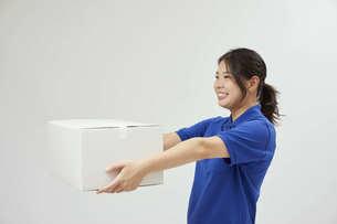 宅配を行う若い日本人女性の写真素材 [FYI04624611]