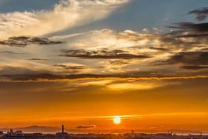 淡路島をオレンジ色に染める夕日の写真素材 [FYI04624818]