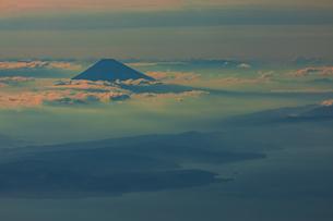 夕暮れの富士山と伊豆半島の写真素材 [FYI04624890]