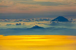 夕日に輝く相模湾と富士山の写真素材 [FYI04624892]