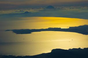 夕日に輝く相模湾と富士山の写真素材 [FYI04624894]
