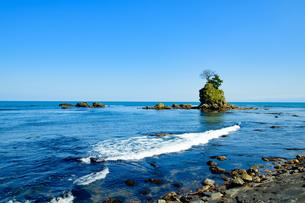 雨晴海岸より望む女岩の写真素材 [FYI04624906]