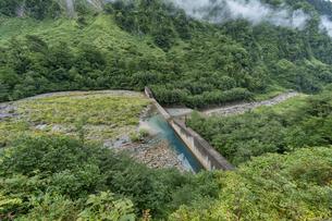 夏の称名滝下流の川の写真素材 [FYI04624933]