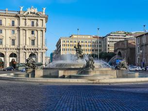 テルミニ駅近くの共和国広場 広場中央を飾るナイアディの泉(ローマ イタリア)の写真素材 [FYI04625075]