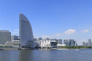 横浜ハンマーヘッドから見るみなとみらい21の町並みの写真素材 [FYI04625207]