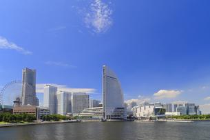 新港埠頭から見るみなとみらい21のビル群の写真素材 [FYI04625208]
