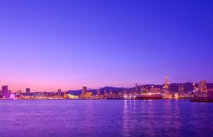 関西の風景 黄昏の神戸港と街並みの写真素材 [FYI04625465]