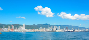 関西の風景 神戸港と都心の街並みの写真素材 [FYI04625489]