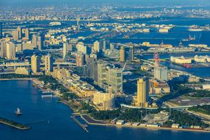 上空から見るお台場と東京港周辺の写真素材 [FYI04625494]