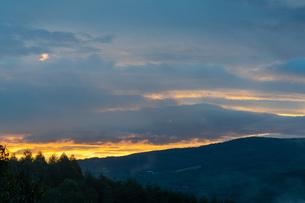 信州車山高原からの朝焼けの写真素材 [FYI04625561]