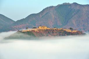 雲海に浮かび上がる晩秋の竹田城跡の写真素材 [FYI04625618]