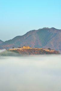 雲海に浮かび上がる晩秋の竹田城跡の写真素材 [FYI04625619]