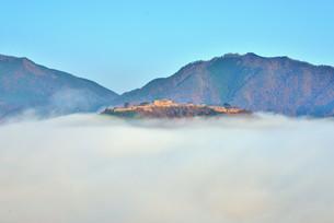 雲海に浮かび上がる晩秋の竹田城跡の写真素材 [FYI04625620]