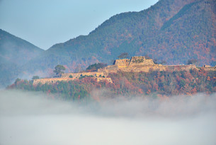 雲海に浮かび上がる晩秋の竹田城跡の写真素材 [FYI04625621]