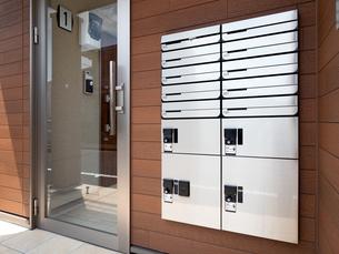 宅配ボックスが設置されたアパートの玄関の写真素材 [FYI04625919]