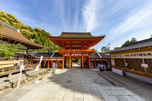 上賀茂神社 中門前から楼門を臨むの写真素材 [FYI04625959]