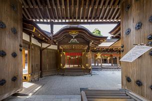 上賀茂神社 中門から臨む本殿と権殿の写真素材 [FYI04625960]
