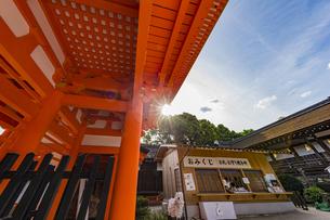 上賀茂神社 楼門内の授与所の写真素材 [FYI04625968]