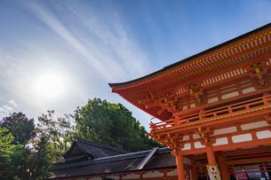 太陽と楼門の写真素材 [FYI04625996]