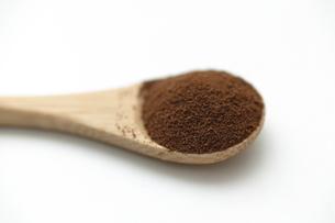 木製スプーンと茶色い粉末の写真素材 [FYI04626086]