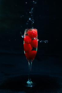 グラスの中のミニトマトの写真素材 [FYI04626133]