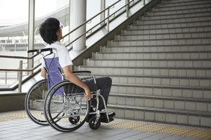階段の前で停止する車椅子の男性の写真素材 [FYI04626226]