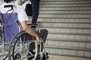階段の前で停止する車椅子の男性の写真素材 [FYI04626227]