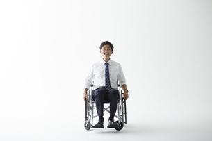 スーツを着て車椅子に乗る男性の写真素材 [FYI04626232]