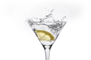 カクテルグラスに入ったレモンと弾ける液体の写真素材 [FYI04626321]
