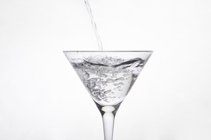 カクテルグラスに入った弾ける液体の写真素材 [FYI04626322]