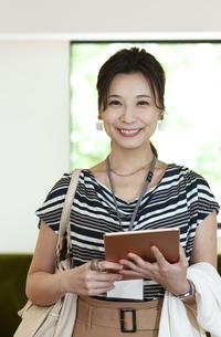 タブレットPCを持つビジネスウーマンの写真素材 [FYI04626331]