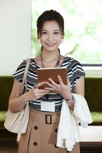タブレットPCを持つビジネスウーマンの写真素材 [FYI04626332]