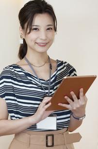 タブレットPCを持つビジネスウーマンの写真素材 [FYI04626334]