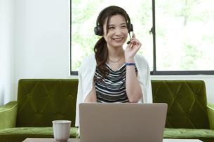 オンラインミーティングをするビジネスウーマンの写真素材 [FYI04626361]