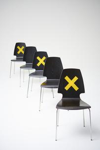 一つおきにバツ印が付いた縦に並ぶ椅子                                                               の写真素材 [FYI04626410]
