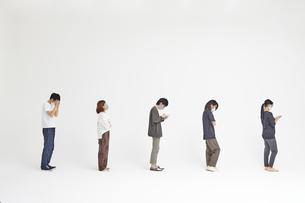 距離を空けて並ぶ5人の人達の写真素材 [FYI04626423]