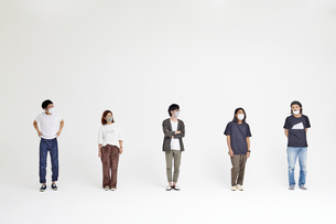 距離を空けて横並びに立つ5人の人達の写真素材 [FYI04626424]